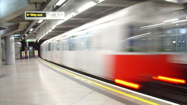 A District line tube train leaving Westminster station - Sputnik International