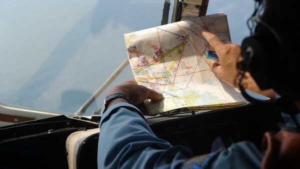 crew member checking a map during a search flight some 200 km over the southern Vietnamese waters off Vietnam's island Phu Quoc on March 11, 2014 as part of continued efforts aimed at finding traces of the missing Malaysia Airlines MH370 - Sputnik International