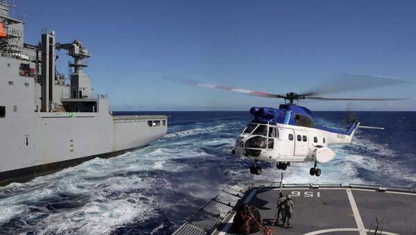 United States Navy Ship (USNS) Cesar Chavez's Super Puma helicopter, conducts a Vertical Replenishment between HMAS Toowoomba, during Operation Southern Indian Ocean, in search of missing Malaysia Airlines Flight MH370 - Sputnik International