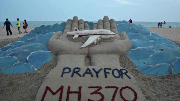 Sand sculpture made by Indian sand artist Sudersan Pattnaik with a message of prayers for the missing Malaysian Airlines flight MH370 - Sputnik International