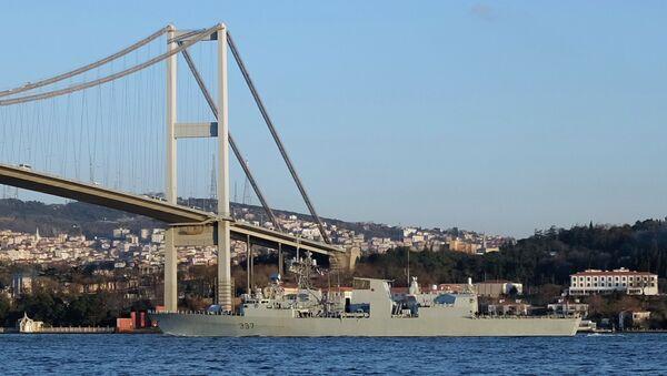 Canadian frigate HMCS Fredericton passes under the Bosphorus bridge in Istanbul, en route to the Black Sea, March 4, 2015. - Sputnik International