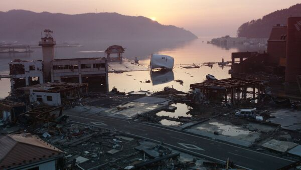 A picture shows debris littering Onagawa town in Miyagi prefecture at dawn on March 14, 2011 following the tsunami and earthquake of March 11 - Sputnik International
