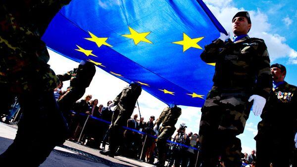 Soldiers carrying the EU flag - Sputnik International