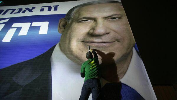 A worker installs a campaign poster of Israel's Prime Minister Benjamin Netanyahu on a billboard in Tel Aviv March 10, 2015 - Sputnik International