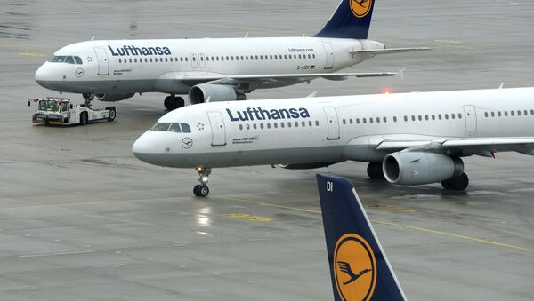 Aircrafts of German airline Lufthansa stand at the tarmac of the Franz-Josef-Strauss-Airport in Munich, southern Germany, on December 1, 2014, during a strike of pilots - Sputnik International