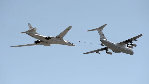 IL 78 tanker aircraft, right, and Tu-160 'White Swan' supersonic heavy strategic bomber - Sputnik International