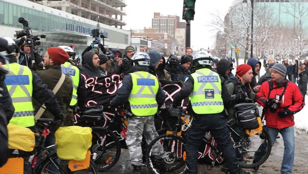 Police on bicycles begin to kettle protesters during an anti-police brutality demonstration in Montreal March 15, 2015. - Sputnik International