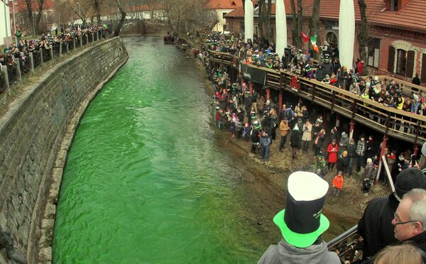 People stand along the Vilnia river which is coloured in green to celebrate the Irish festivity Saint Patrick's Day in Vilnius, Lithuania. - Sputnik International