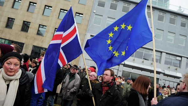 People rally during a protest against the Icelandic government's decision not to start negotiations with the European Union about joining the bloc, in Reykjavik - Sputnik International