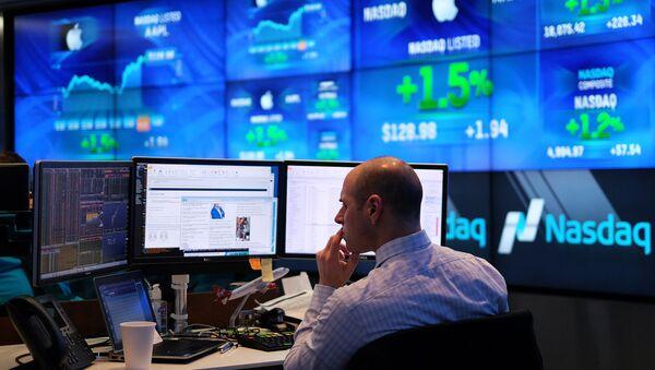 A trader works at the Nasdaq MarketSite in New York - Sputnik International
