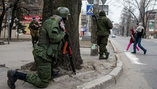 Independence supporters take their positions on a street, during an anti-terrorist drill in Donetsk, March 18, 2015 - Sputnik International