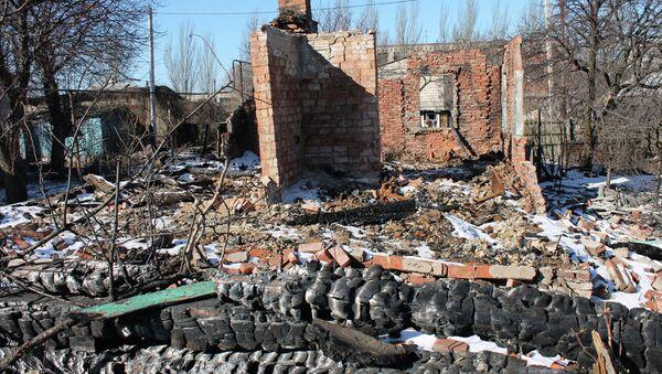 Cottages where people lived destroyed by shelling in Gorlovka in Donbass - Sputnik International