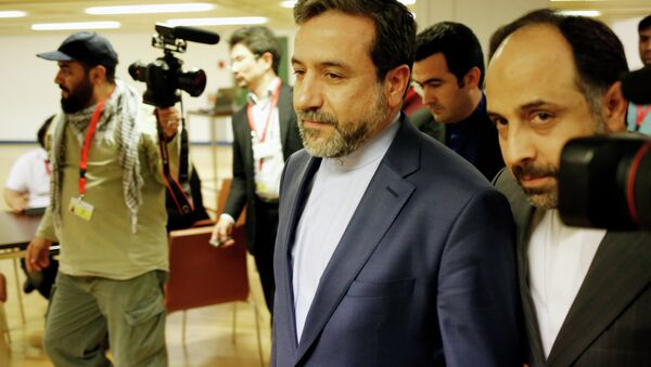 Abbas Araghchi (C), Iran's chief nuclear negotiator arrives at the Austria Center Vienna after another rounds of talks between the EU 5+1 on May 16, 2014 in Vienna - Sputnik International