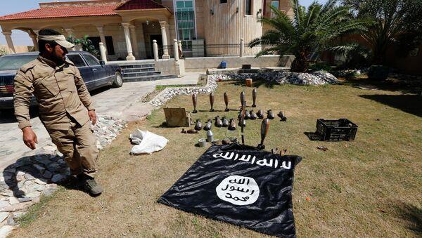 Islamic State flag and ammunition - Sputnik International