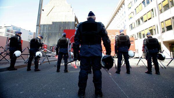 Riot police wait at a roadblock outside of an EU summit in Brussels - Sputnik International