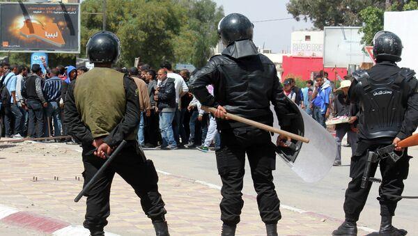 Tunisian riot police face residents of the southeastern Tunisian town of Ben Guerdane - Sputnik International