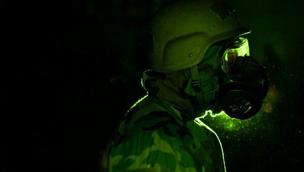 A soldier wearing a gas mask - Sputnik International