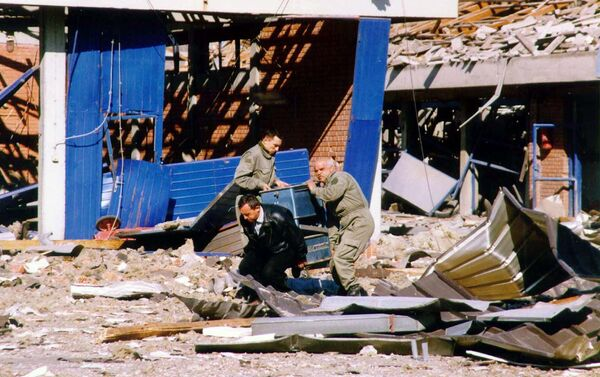 Workers clean the debris of a police training centre in Novi Sad, in the north of Yugoslavia 25 March 1999 which was destroyed during NATO air strikes, according to the official Yugoslav news agency, Tanjug. - Sputnik International