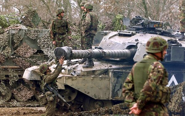 British 'tankers' from the fourth royal armoured brigade with Challenger tanks hold their position near Skopje airport 27 March 1999. - Sputnik International