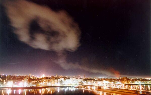 Smoke billows over the northern Yugoslav city of Novi Sad, some 70 kms. north of Belgrade after NATO air raids late Wednesday March 24, 1999. - Sputnik International