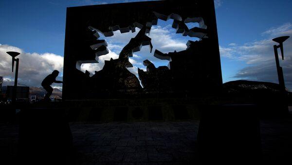 A child plays at the Malvinas Falklands war Memorial in Ushuaia, Argentina - Sputnik International