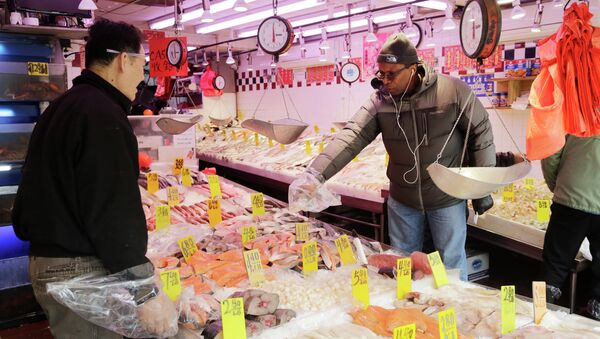 A customer selects seafood at Hung Kee Fish & Meat Food Market in New York. - Sputnik International
