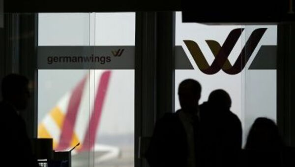 Passengers are silhouetted against a window at the Germanwings check-in desk at Dusseldorf airport March 24, 2015. - Sputnik International