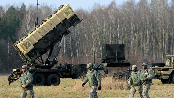 U.S soldiers walk next to a Patriot missile defence battery - Sputnik International