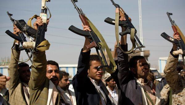 Houthi Shiite Yemeni raise their weapons - Sputnik International