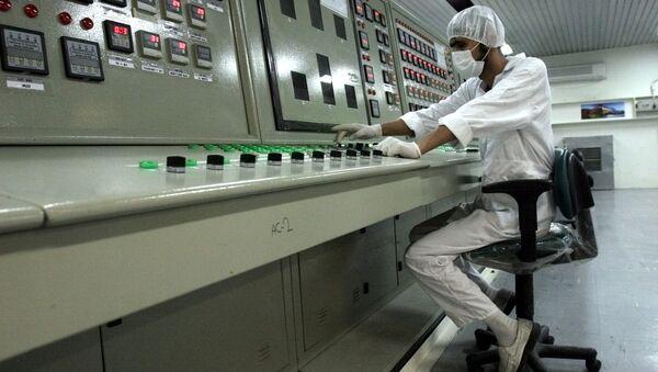 An Iranian technician works at a uranium conversion facility. - Sputnik International