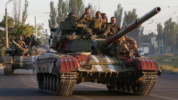 Soldiers from the Ukrainian army ride on tanks in the port city of Mariupol, southeastern Ukraine - Sputnik International