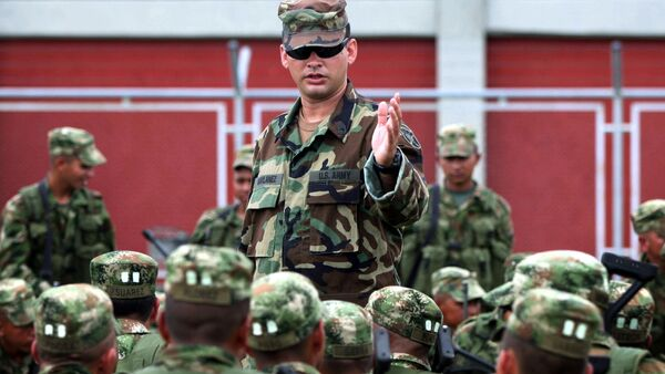 Colombian soldiers listen to an unidentified U.S. Special Forces trainer at a military base in Pueblo Tapao, northwestern Colombia, Friday, May 4, 2007 - Sputnik International
