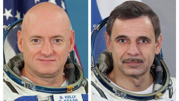 NASA astronaut Scott Kelly, left, and Russian cosmonaut Mikhail Kornienko - Sputnik International
