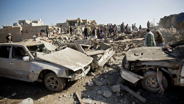 People search for survivors under the rubble of houses destroyed by Saudi airstrikes near Sanaa Airport, Yemen - Sputnik International