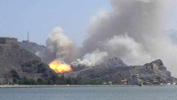 An arms depot explodes at the Jabal Hadeed military compound in Yemen's southern port city of Aden March 28, 2015 - Sputnik International
