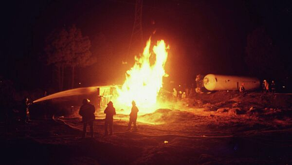 Firefighters try to extinguish a fire in a gas tanker truck - Sputnik International