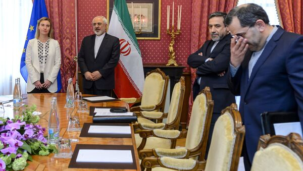 EU foreign policy chief Federica Mogherini (L) meets Iranian Foreign Minister Mohammad Javad Zarif (2nd-L) and Iranian Deputy Foreign Minister Abbas Araghchi (2nd-R) during Iranian nuclear talks in Lausanne on March 29, 2015 - Sputnik International