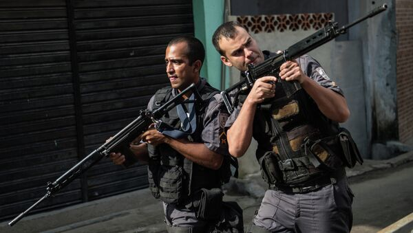 PM militarized police personnel patrol the Chuveirinho favela after an exchange of fire between traffickers and police in the Alemao shantytown complex in Rio de Janeiro, Brazil, on March 24 , 2015 - Sputnik International