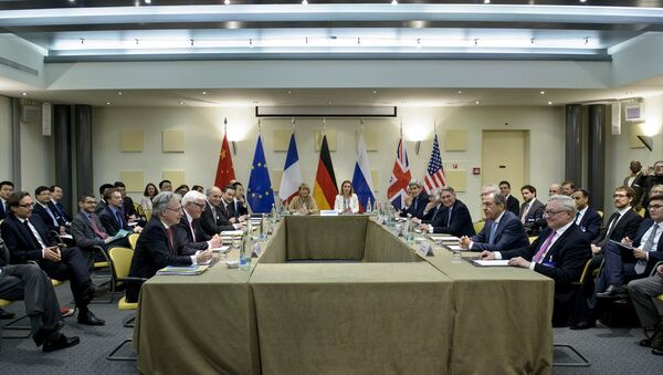 Officials from the P5+1 and the European Union wait for a meeting at the Beau Rivage Palace Hotel in Lausanne, Switzerland March 29, 2015 - Sputnik International