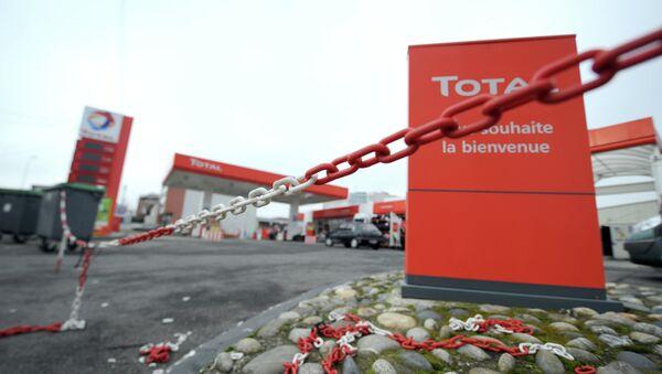 The closed entrance of an oil giant Total's filling station - Sputnik International