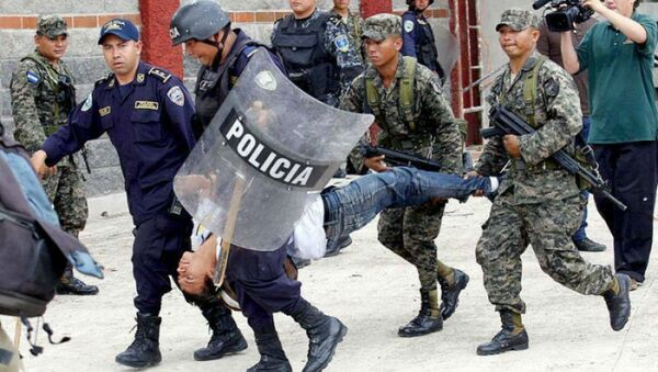 Police and military personnel carry away an injured protester in Tegucigalpa, Honduras. - Sputnik International