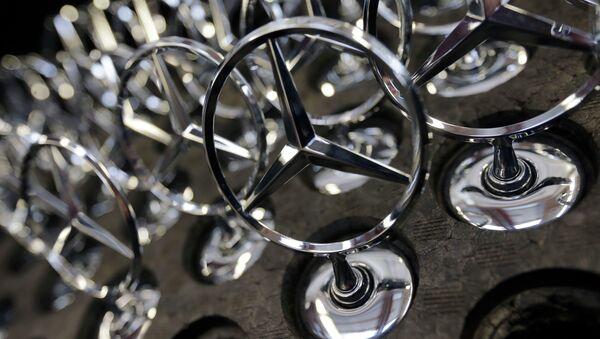 Car emblemsof a Mercedes-Benz S-class models lie at the plant in Sindelfingen, Germany - Sputnik International