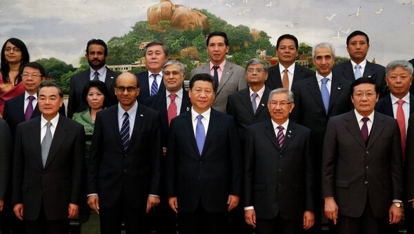 Chinese President Xi Jinping (C) takes photos with guests of the Asian Infrastructure Investment Bank at the Great Hall of the People in Beijing on October 24, 2014. - Sputnik International