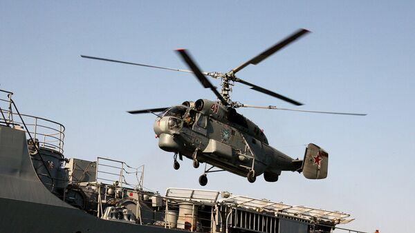 Anti-submarine helicopter Ka-27 hovering over the Guards' missile cruiser Varyag - Sputnik International