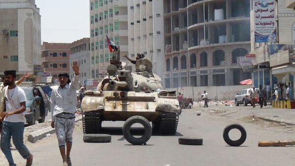 Militiamen loyal to Yemen's President Abed Rabbo Mansour Hadi take positions at a street in Aden, Yemen, Thursday, April 2, 2015. - Sputnik International