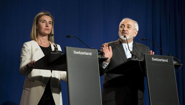 Iranian Foreign Minister Javad Zarif (R) delivers a statement, flanked by European Union High Representative for Foreign Affairs and Security Policy Federica Mogherini, at the Swiss Federal Institute of Technology in Lausanne on April 2, 2015 - Sputnik International