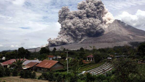 Mount Sinabung releases pyroclastic flows seen from Tiga Serangkai, North Sumatra, Indonesia - Sputnik International