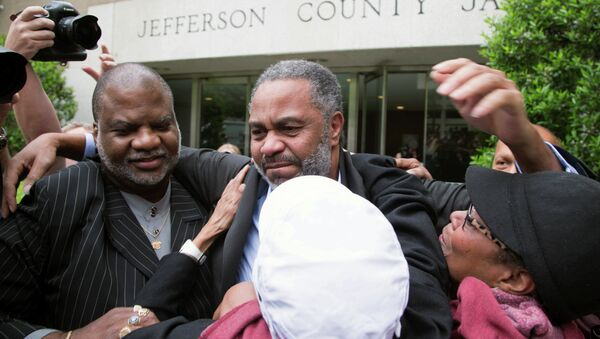 Friend Lester Bailey, left, and others greet Anthony Ray Hinton, center, as Hinton leaves the Jefferson County jail, Friday, April 3, 2015. - Sputnik International
