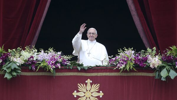 Pope Francis waves as he delivers a Urbi et Orbi message from the balcony overlooking St. Peter's Square at the Vatican April 5, 2015 - Sputnik International