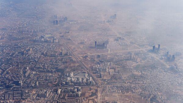 Smog envelops buildings on the outskirts of the Indian capital New Delhi - Sputnik International